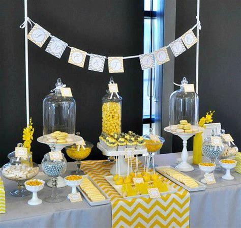 idee decoration mariage gris  jaune fleurs pour le