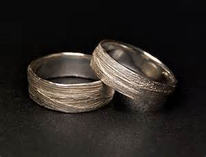 silberne verlobungsringe alexandra baum design frankfurt struktur ring naturmaterial gras silber gold trauringe