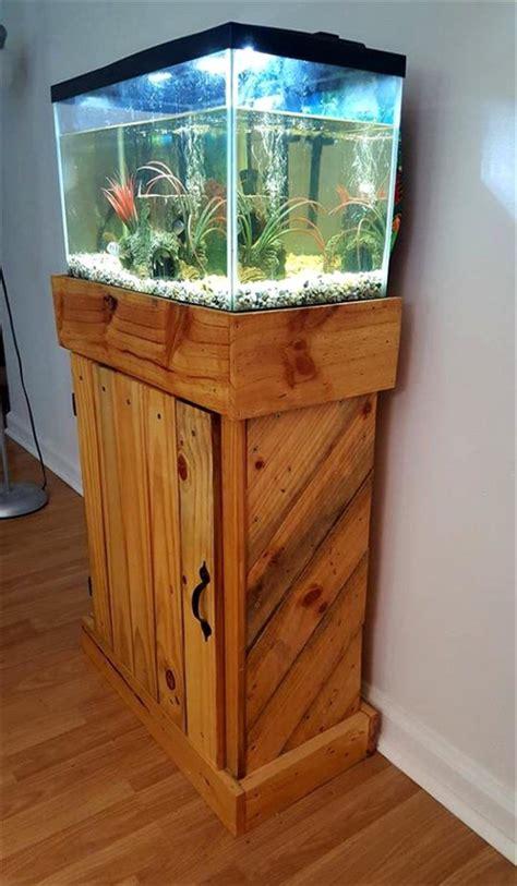 ideias moveis de paletes em  suporte de aquario