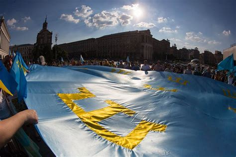 До Києва привезли кримськотатарський прапор, який об'їхав ...