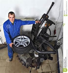 Changement Pneu Voiture : bandez la machine de changement pneu de fixation de m canicien dans le service de voiture ~ Medecine-chirurgie-esthetiques.com Avis de Voitures