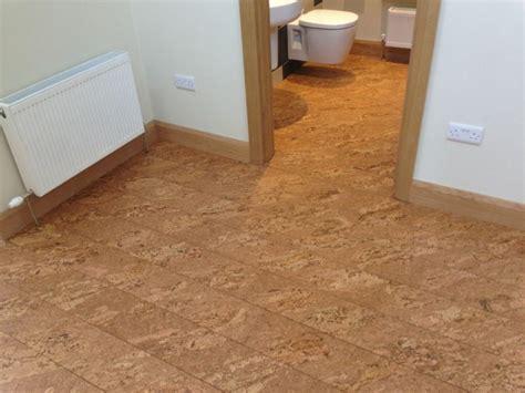 cork flooring or bad korkboden warm bis zu einem nat 252 rlichen wunder bodenbel 228 ge fliesen zenideen