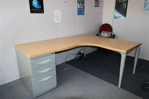 bureau dangle de marque majencia plateau couleur hetre pied gris metal 160 x 160 x 80 cm quantite 3