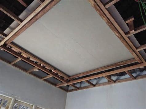 mana lebih baik kayu atau besi hollow untuk rangka atap