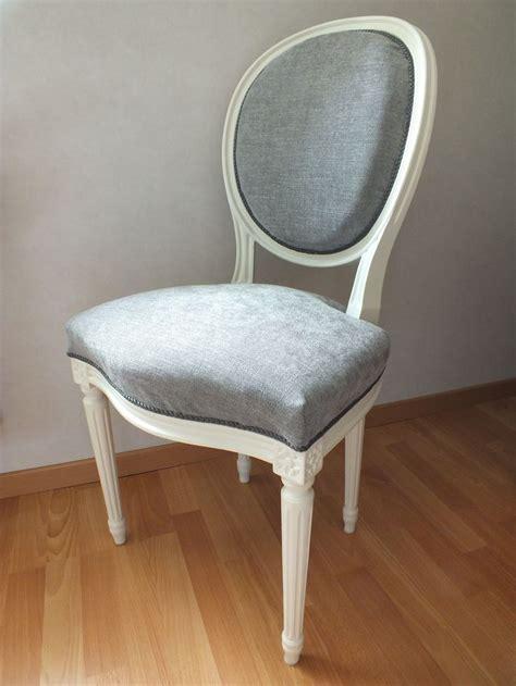 chaise blanc d ivoire chaise médaillon louis xv patinée en blanc cassé et recouverte d 39 un tissu chiné gris