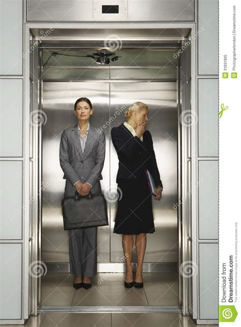 affaire de bureau femmes d 39 affaires dans l 39 ascenseur de bureau photo libre
