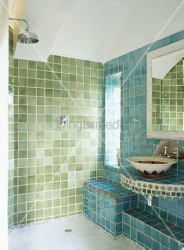 dusche unter dachschräge gr 252 n blau gefliestes badezimmer mit bild kaufen 00342034 living4media