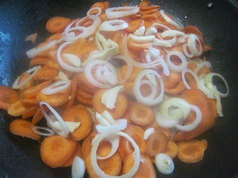 lapin cuisiné hauts de poulet aux carottes et fenouil au wok photos