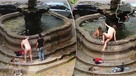 Nackt Im Brunnen Jungs, Habt Ihr Keine Badewanne? 1414