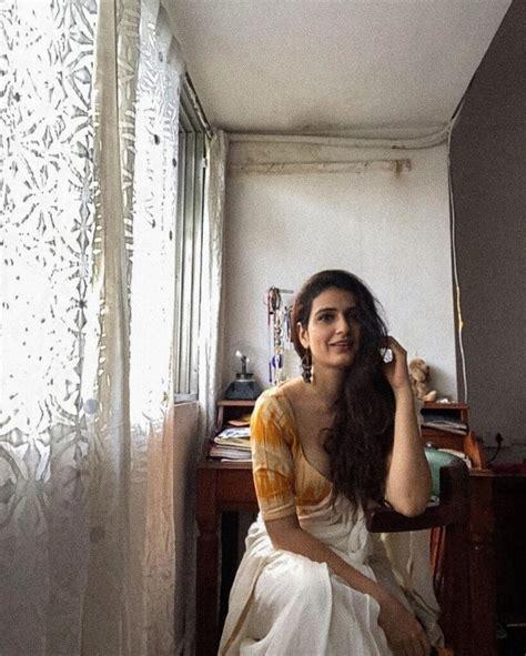 pics fatima  jaw dropping  saree page