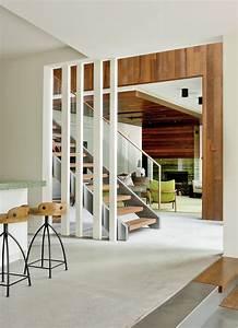 Casa de campo moderna de dos pisos en desnivel construye for Disenos de interiores de casas modernas
