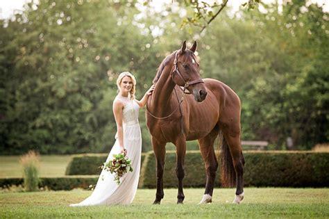 eine braut und ihr pferd