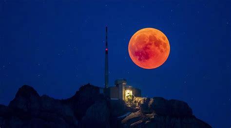 asi se ha visto la luna roja donde la calima  lo ha