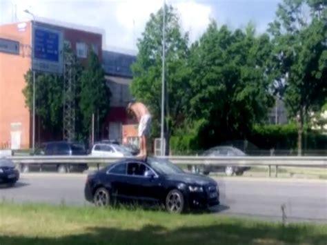 VIDEO: Sajucis vīrs Rīgā lēkā pa dārgas 'Audi' kupejas ...