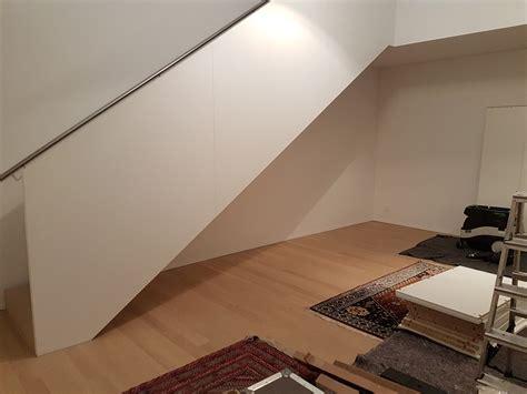 Unter Oder über Treppen