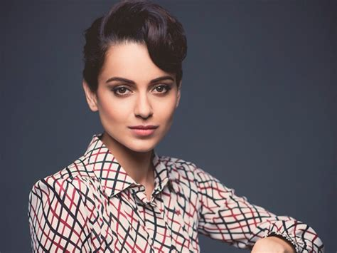 Kangana looks like a mystery in 'Simran' poster ...
