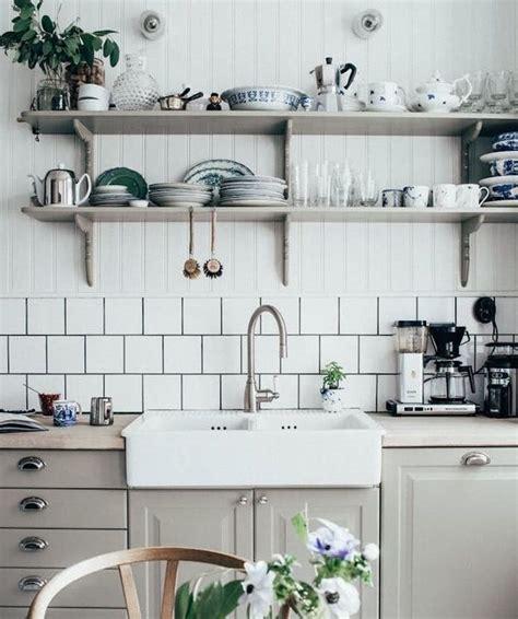 cuisine de perle idée relooking cuisine modele de cuisine cagnarde avec façade gri perle poignées vintage