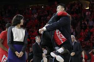 James Harden wonderfully jumped up into Yao Ming's arms ...