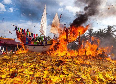 upacara bakar tongkang bagan siapi api pesona indonesia