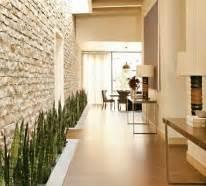 Wandgestaltung Wohnzimmer Erdtöne : natursteinwand im wohnzimmer die natur zu hause empfangen ~ Markanthonyermac.com Haus und Dekorationen
