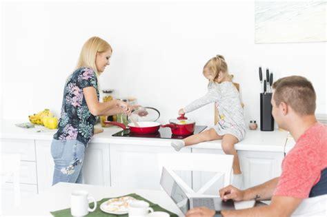 arbeiten in der küche bemannen sie das betrachten ihrer frau und tochter die in