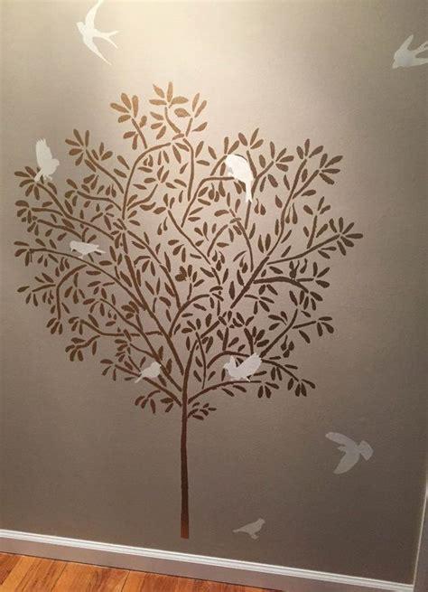 pochoir mural chambre 1000 idées sur le thème pochoirs de mur d 39 arbre sur