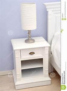 Table De Chevet Blanche : table de chevet avec la lampe image stock image 15883341 ~ Teatrodelosmanantiales.com Idées de Décoration