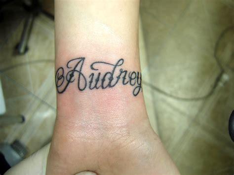 tatouage prenom poignet femme