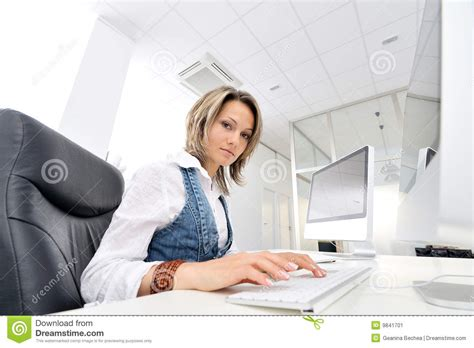 au bureau femme au bureau image stock image 9841701
