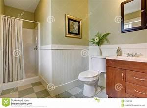 Bagno Con La Pavimentazione In Piastrelle A Quadretti E Pareti Bianche Verdi Fotografia Stock
