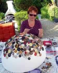 Lampe Mit Vielen Lampenschirmen : lampe beklebt mit kn pfen handmade kultur ~ Bigdaddyawards.com Haus und Dekorationen