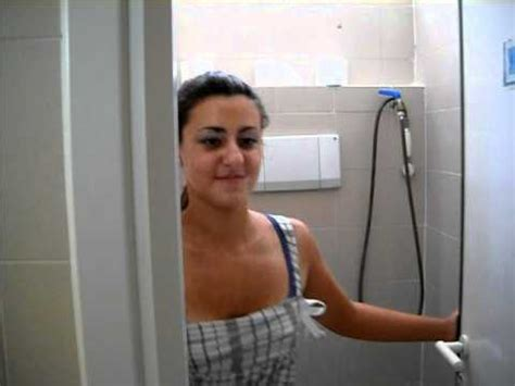 spiare sotto la doccia una donna pu 242 andare nel bagno degli uomini