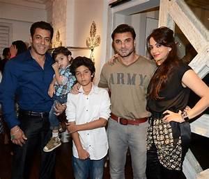 Salman Khan with brother Sohail Khan, wife Seema and their ...