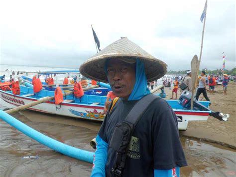musim liburan berkah penarik perahu wisata di pantai