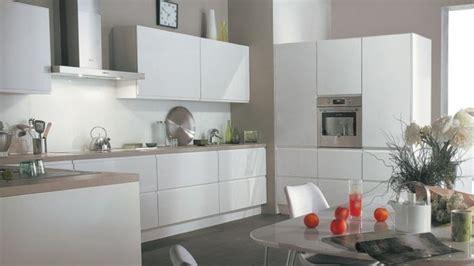 cuisine blanche et bois clair 02bc000007392203 photo cuisine blanche mur taupe plan de