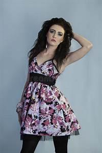 Robe Année 80 : r tro femme d 39 ann es 39 80 avec la robe florale image stock ~ Dallasstarsshop.com Idées de Décoration