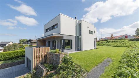 Haus Am Hang Bauen by Haus Wollschl 228 Ger Bauhaus In Hanglage