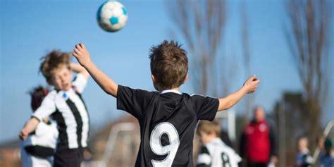 mal di testa bambini 6 anni calcio attenzione ai colpi di testa nei bambini bimbi