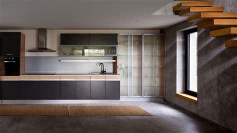cuisine bois beton carrelage effet béton ciré et plancher en bois dans une