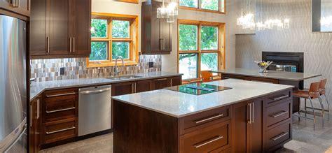 cuisine comptoir bois cuisine en bois d 233 rable teint fonc 233 et comptoirs de quartz