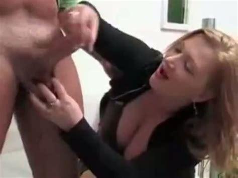 Mutter masturbiert ihren Sohn