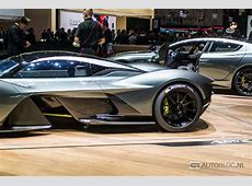 Pics de Aston Martin Valkyrie op een houten vloer