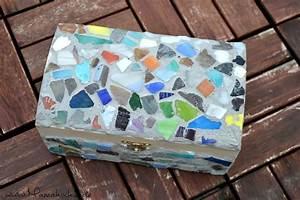 Basteln Mit Mosaiksteinen : diy holztruhe mit mosaik bekleben so bastelst du eine kinderschatzkiste mamahoch2 ~ Whattoseeinmadrid.com Haus und Dekorationen