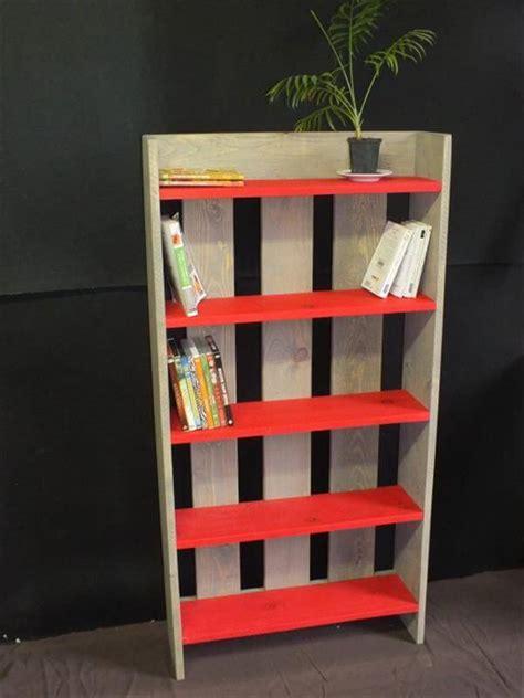 bookshelf out of pallets diy chic pallet bookshelf 99 pallets