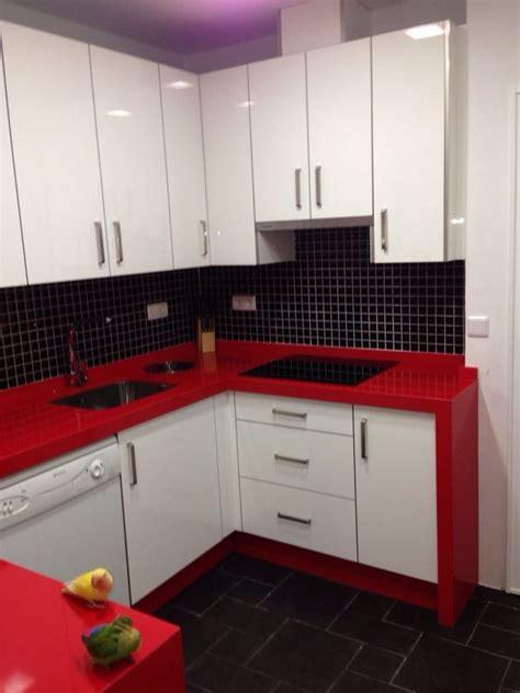 cocina blanca alto brillo  silestone rosso monza
