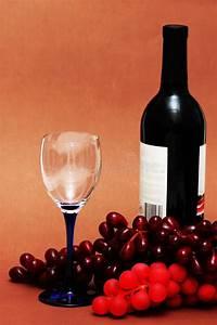 Weinglas Auf Flasche : weinglas trauben und flasche stockfoto bild von kristall abschlu 2224336 ~ Watch28wear.com Haus und Dekorationen
