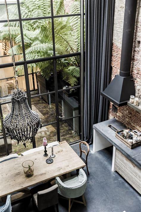 table de cuisine en bois mélange de styles dans la cuisine mur en brique lustre