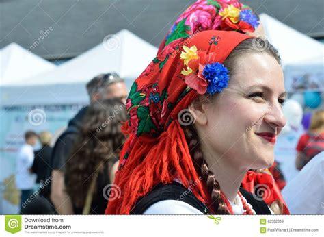 jolie femme polonaise dans lecharpe principale