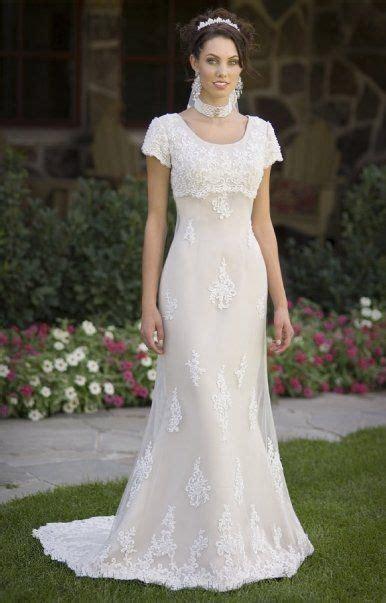Schauen sie sich diese stilvollen, zeitgenössischen und schicken brautkleider an, die oma würdigen würde. A wedding in modest elegance   Kleid hochzeit ...