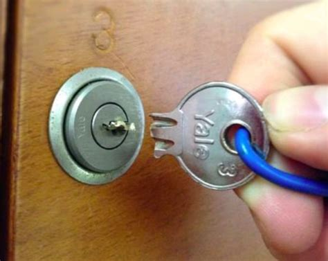 lastuce pour sortir une clef cassee coincee dans la
